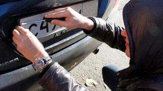 В Петродворце задержан мужчина, снимавший номерные знаки с автомобилей
