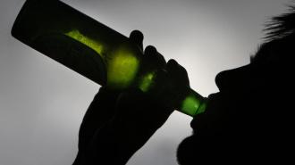 После совместного распития алкоголя молодую петербурженку изнасиловали и ограбили двое мигрантов
