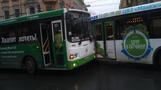 ДТП в Петербурге: автобусу, врезавшемуся в столб, снесло полкабины