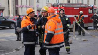 """На крыше торгового центра """"Миллер"""" в Петербурге горел рекламный щит, эвакуировали 10 человек"""