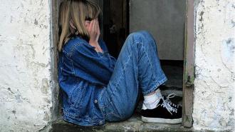 В Красносельском районе педофил заманил в квартиру 13-летнюю девочку и издевался над ней всю ночь