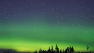 Зеленые всполохи северного сияния запечатлели над озером Волоярви