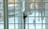Психически больной мужчина выпал из окна многоэтажки на Парнасе