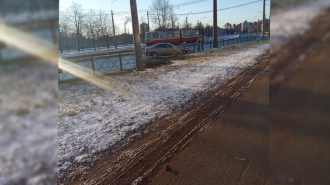 Mercedes занесло на скользкой дороге Дальневосточного проспекта