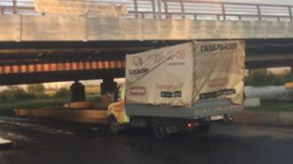 """""""Мост глупости"""" в Петербурге поймал очередной фургон"""