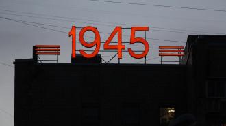На площади Мужества появились световые надписи к юбилею Победы