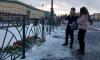 На Дворцовой площади петербуржцы возлагают цветы в память трагедии в Кемерово