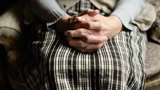 В Купчино работники салона связи украли у бабушки 13 тысяч рублей