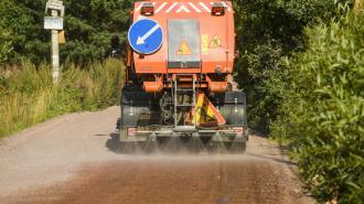 В Ленобласти начался сезон борьбы с пылью на дорогах