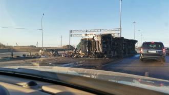 На Киевском шоссе в сторону Гатчины перекрыта дорога из-за перевёрнутой фуры
