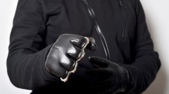 Три разбойника с кастетом отобрали телефоны у молодых петербуржцев на Ленинском
