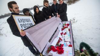 """Активисты """"Весны"""" в Петербурге похоронили """"Будущее России"""""""