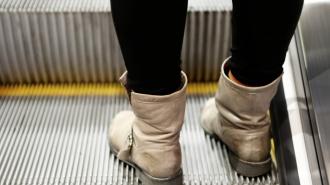 В петербургском метро рассказали, почему нельзя сидеть на ступеньках эскалатора