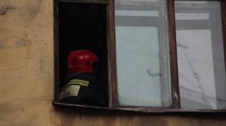 Спасатели тушат офисное помещение на улице Матроса Железняка