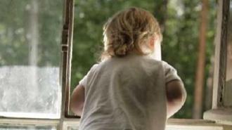 Трехлетний ребенок выпал из окна третьего этажа на улице Белы Куна