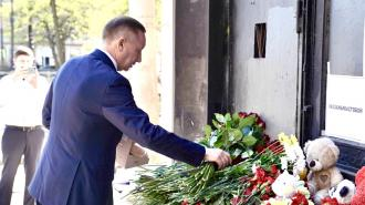 Губернатор Петербурга почтил память погибших школьников в Казани