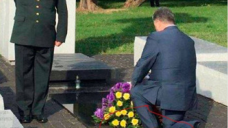 Дырявый носок Порошенко засветился у памятника жертвам Волынской резни