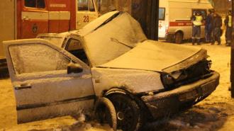На Индустриальном спасатели вырезали девушку из влетевшего в столб автомобиля