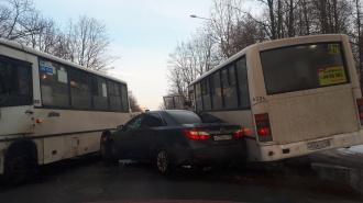 """На Бестужевской улице две маршрутки зажали """"Тойоту"""""""