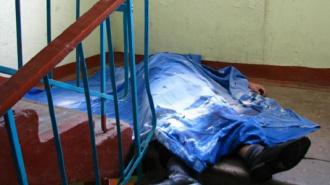 В парадной дома по улице Маршала Новикова женщину задушили ее же блузкой