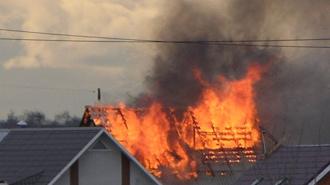 Спасателям, наконец, удалось справиться с пожаром в Ломоносове