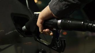 Неизвестный водитель автомобиля гендиректора банка украл топливо