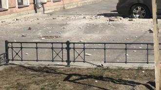 На улице Чайковского прохожий чудом не пострадал от упавшего с козырька дома декора