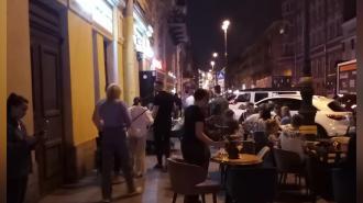 Фото: столики бара на Рубинштейна заняли весь тротуар в ночное время