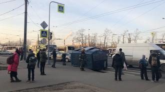 """На проспекте Ветеранов улеглась на бок подбитая """"Газель"""""""