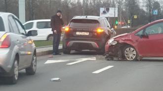 Проспект Луначарского встал в пробку из-за трех автомобилей