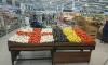 В гипермаркете петербуржцам овощами и фруктами напомнили о матче Англии и Бельгии