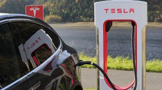 Tesla приостановила продажи электромобилей за биткоины