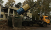 """В Левашово """"отказались"""" от раздельного сбора мусора: водитель сбросил все в один контейнер"""