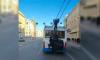 Школьники-зацеперы облепили троллейбус на Невском проспекте