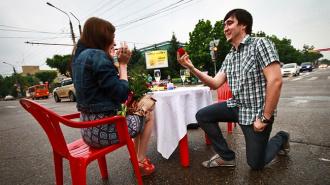 Парня оштрафовали за романтический ужин посреди перекрестка