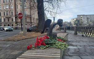 """""""Ангелов в масках мы узнаем по выражению глаз"""": в каких городах России открыли памятники медикам за борьбу с COVID-19"""