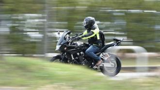 На улице Лёни Голикова мотоциклист врезался в легковушку