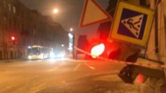 """На Гидротехников на пешеходную зону """"прилег"""" светофор"""