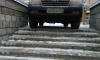 """""""Паркуюсь, как хочу"""": на Яхтенной автомобилист оставил машину на ступенях"""