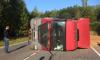 Авария у посёлка Шапки: перевернулся красный грузовик, есть пострадавшие