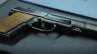 В Выборгском районе пенсионер угрожал женщине пистолетом в зоомагазине