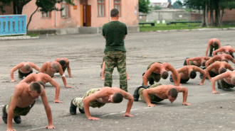 Солдат-чеченец написал на спинах русских сослуживцев «Чечня» и «Армения»