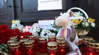 К представительству Республики Татарстан в Петербурге горожане несут цветы и игрушки