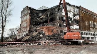 На Полюстровском проспекте приступили к сносу здания хладокомбината, работавшего в блокаду