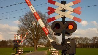 Легковушка угодила под поезд в Ленобласти