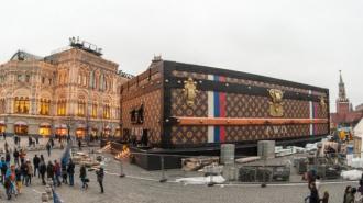 """""""Скандальный"""" чемодан Louis Vuitton на Красной площади оказался благотворительным проектом"""
