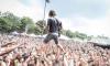 Американский рок-гитарист плюнул фанатке в глаз пивом, чем спас ее жизнь