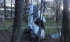 Странное ДТП в Ленобласти: автомобиль снес столб и повис на дереве