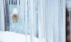 Женщина пострадала от снега с крыши на Подвойского