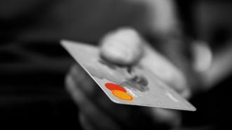 Россияне за первые месяцы 2021 года оформили кредитки с общим лимитом 200 млрд рублей